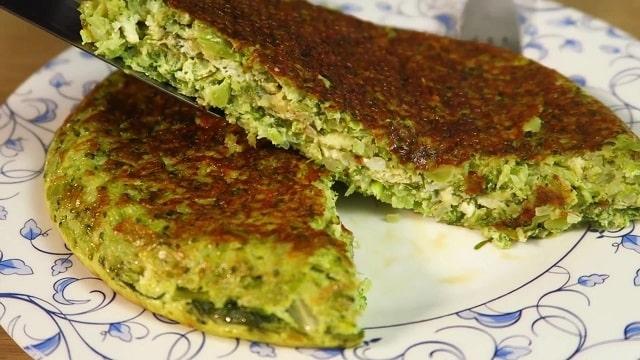 Малокалорийная лепешка с творогом и зеленью на сковороде