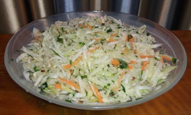Салат из свежих овощей с растительным маслом